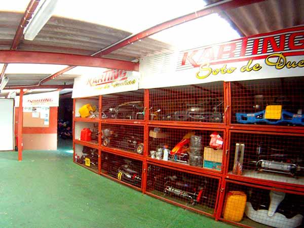 Instalaciones, zona de jaulas como garaje para karts