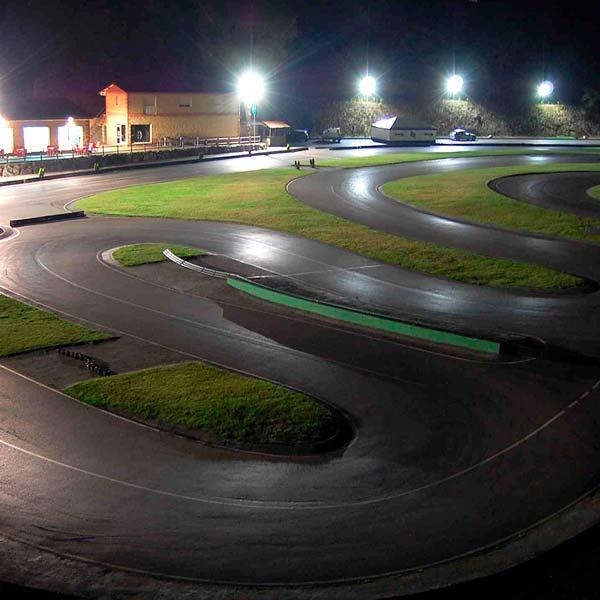 Vista nocturna del karting de Soto de Dueñas